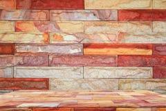 Vacie el fondo de piedra superior del estante y de la pared de ladrillo Para la exhibición del producto con el espacio de la copi Imágenes de archivo libres de regalías