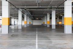 Vacie el fondo subterráneo del estacionamiento con el espacio de la copia Imagen de archivo libre de regalías