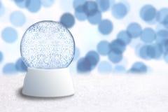 Vacie el globo de la nieve de la Navidad con el día de fiesta azul Backg Foto de archivo