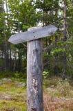Vacie el indicador de madera de la pista en el bosque en día soleado del verano Foto de archivo