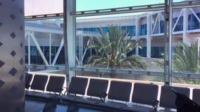 Vacie el interior moderno del aeropuerto con los asientos y la ventana grande almacen de metraje de vídeo