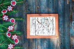 Vacie el marco de madera para las letras de la Navidad adornadas con Br del abeto Imagen de archivo