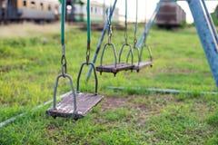 Vacie el oscilación en patio de los niños en ciudad Imagen de archivo