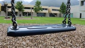 Vacie el oscilación en un jardín de la escuela almacen de metraje de vídeo