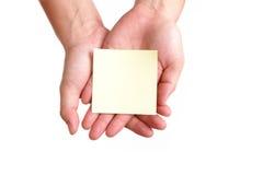 Vacie el papel de nota en la mano imagenes de archivo