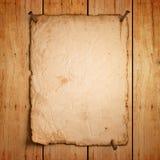 Vacie el papel viejo con los clavos oxidados en la madera Foto de archivo