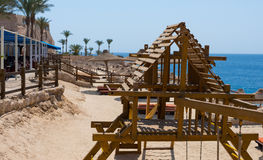 Vacie el patio de madera para los niños cerca del mar foto de archivo libre de regalías