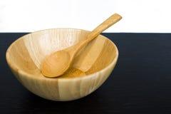 Vacie el plato y la cuchara de madera en la tabla oscura Imágenes de archivo libres de regalías
