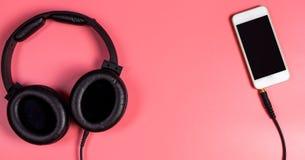 Vacie el teléfono móvil con el auricular para el concepto de la música imagenes de archivo