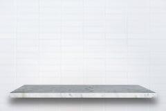 Vacie el top de estantes de piedra naturales y de fondo de la pared de piedra foto de archivo