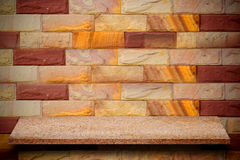 Vacie el top de estantes de piedra naturales y de fondo de la pared de piedra Imagen de archivo