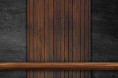 Vacie el top de estantes de madera en el fondo de madera del tablero oscuro, para imagenes de archivo