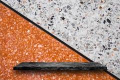 Vacie el top de estantes de piedra de mármol negros en fondo del terrazo, foto de archivo