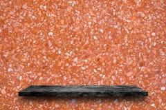 Vacie el top de estantes de piedra de mármol negros en fondo del terrazo, imágenes de archivo libres de regalías