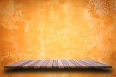 Vacie el top del estante de madera o el contador aislado en el backgroun blanco foto de archivo