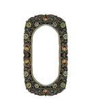 Vacie el viejo marco metálico oval adornado con la joyería colorida para la foto o el texto de la entrada aislado en el fondo bla Fotos de archivo
