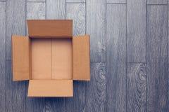 Vacie la caja abierta en superficie de madera con el espacio vacío Imágenes de archivo libres de regalías