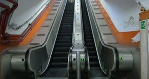 Vacie la escalera móvil subterráneo que se levanta almacen de metraje de vídeo