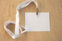 Vacie la etiqueta blanca en el acollador desordenado blanco del comercio justo imagenes de archivo