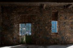 Vacie la habitación espeluznante abandonada fotos de archivo