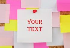 Vacie la hoja de papel blanca para su texto en el escritorio de la etiqueta engomada del crok Fotografía de archivo libre de regalías