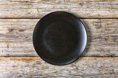 Vacie la placa negra en un viejo fondo de madera Visión superior, primer foto de archivo libre de regalías