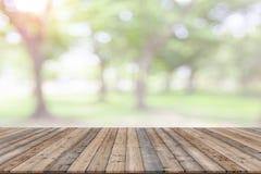 Vacie la plataforma de espacio del tablero de madera con el bokeh natural borroso imagen de archivo libre de regalías