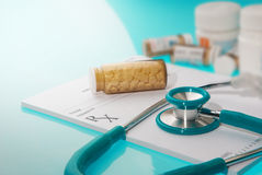 Vacie la prescripción médica con un sthetoscope y botellas de la medicina Fotos de archivo libres de regalías