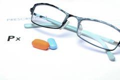 Vacie la prescripción médica con los vidrios y las píldoras arriba Foto de archivo libre de regalías