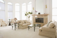 Vacie la sala de estar en hogar lujoso fotos de archivo libres de regalías