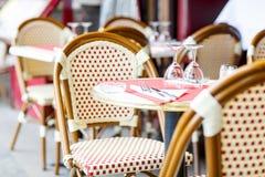 Vacie la tabla al aire libre del restaurante en París, Francia Foto de archivo libre de regalías