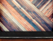 Vacie la tabla de mármol negra y la pared de madera borrosa del tablón diagonal Imagen de archivo libre de regalías