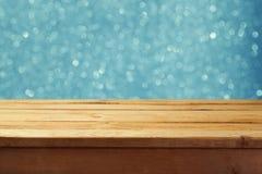 Vacie la tabla de madera de la cubierta con el fondo del bokeh del invierno Aliste para el montaje de la exhibición del producto Imágenes de archivo libres de regalías