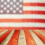 Vacie la tabla de madera de la cubierta sobre fondo del bokeh de la bandera de los E.E.U.U. Fondo de las festividades nacionales  Fotografía de archivo libre de regalías