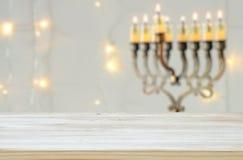 Vacie la tabla de madera delante del fondo judío de Jánuca del día de fiesta con el menorah y x28; candelabra& tradicional x29;