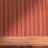 Vacie la tabla de madera en la pared roja rayada fondo apagón Fotografía de archivo libre de regalías