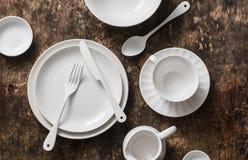 Vacie la tabla de madera servida el dishware blanco, visión superior imágenes de archivo libres de regalías