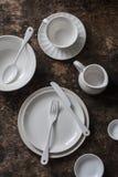 Vacie la tabla de madera servida el dishware blanco, visión superior imagenes de archivo