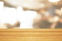 Vacie la tabla de madera y el fondo caliente moderno borroso del café fotos de archivo libres de regalías