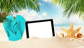 Vacie la tableta en la playa arenosa con el copypsace Imagen de archivo libre de regalías