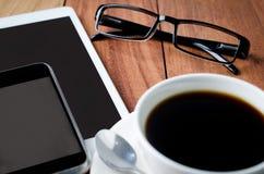 Vacie la tableta y una taza de café Imagen de archivo libre de regalías