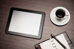 Vacie la tableta y una taza de café en oficina Imagen de archivo