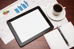 Vacie la tableta y una taza de café en oficina Foto de archivo libre de regalías