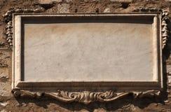 Vacie la tablilla de piedra con el modelado en la pared vieja Imagenes de archivo