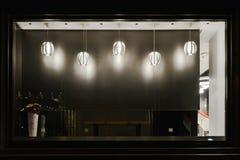 Vacie la ventana de la tienda adornada con el droplight llevado Fotografía de archivo libre de regalías