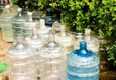 Vacie las botellas de agua plásticas dañadas Imágenes de archivo libres de regalías