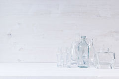 Vacie las botellas transparentes en un fondo de madera blanco imagen de archivo