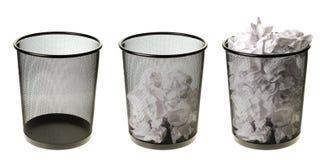 Vacie a las latas de basura llenas Fotos de archivo