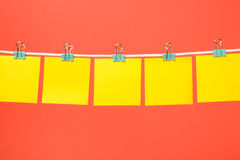 Vacie las notas amarillas del papel que cuelgan en la secuencia libre illustration