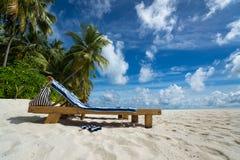 Vacie las sillas de playa de madera en la playa tropical, vacaciones Trave Imagen de archivo
